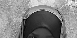 یک دختر روسری به سر یک دفترچه یادداشت در دست دارد. (عکس از آبلا علمی/ زهرا قرینی)