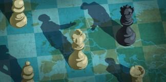 تصویر قطعات شطرنج که سایه هایی به شکل افرادی در حال فشردن دست یکدیگر می افکنند. (وزارت امور خارجه/ داگ تامپسون)