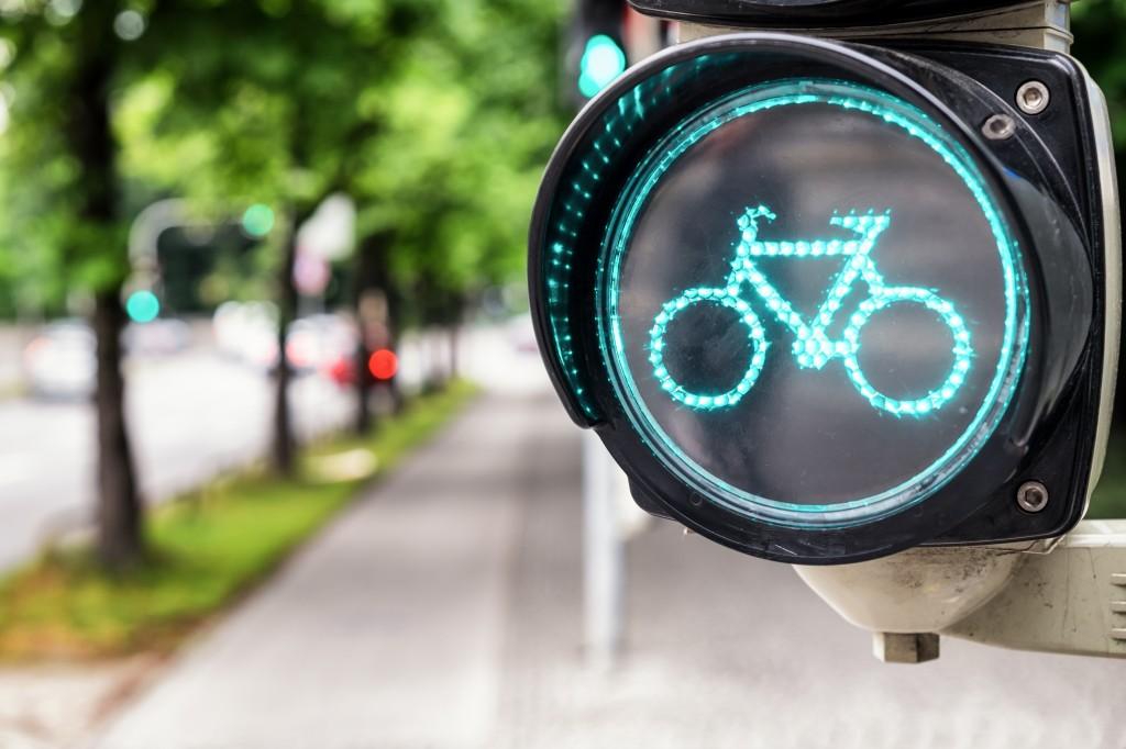 Un feu de signalisation avec un symbole de vélo au vert. (Crédit photo : Shutterstock)