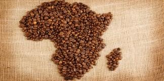 دانه های قهوده به شکل نقشه آفریقا روی پارچه گونی (عکس از شاتراستاک)