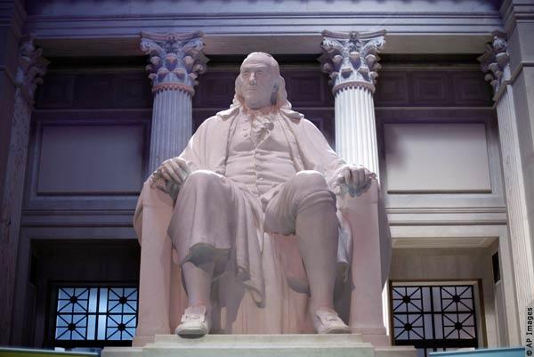 تمثال لبنجامين فرانكلين (© AP Images)