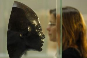 Une femme en train de regarder une sculpture (© AP Images)