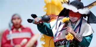 Arnold Numkena Jr., kanan, dan Efraim Suqnevahya, keduanya berasal dari Second Mesa, Arizona, membawakan tarian tradisional Hopi Butterfly Dance dalam perayaan solstice di musim panas. (Gambar © AP)