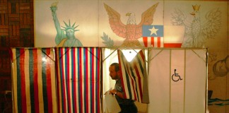 یک رأی دهنده در حال خروج از کیوسک رأی گیری (عکس از آسوشیتدپرس)