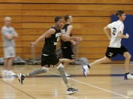 جوانانی که در زمین بسکتبال می دوند؛ یکی از آنها پای مصنوعی دارد (عکس از آسوشیتدپرس)