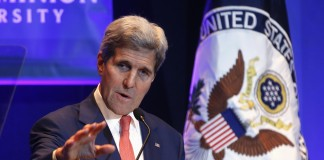 جان کری، وزیر امور خارجه ایالات متحده، در حال سخنرانی (عکس از آسوشیتدپرس)