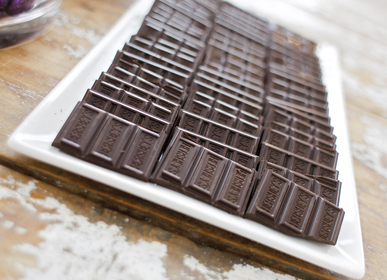 Fileiras de pedaços de chocolate ao leite (© AP Images)