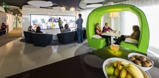 گروه هایی از مردم در یک منطقه باز همایش و در محوطه های محصور به رنگ سبز روشن روی صندلی نشسته اند. (پیتر وورملی/ ایوولوشن دیزاین)