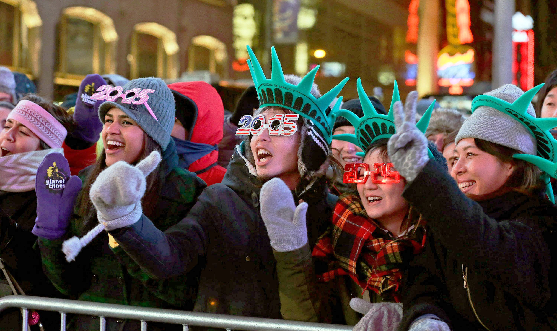 欢乐的年轻人在纽约时报广场上欢呼2015年的到来 (EPA/Jason Szenes)