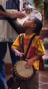 Criança toca tambor durante comemoração do Kwanzaa (© Allen J. Schaben/Getty Images)