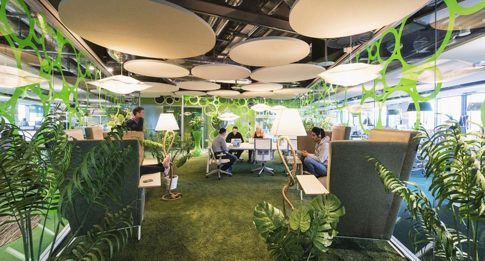 Salón de conferencias con hierba y plantas (© Peter Würmli/Evolution Design)