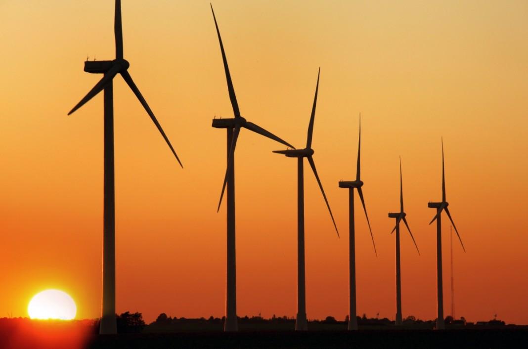 ردیفی از توربین های بادی در غروب آفتاب (آزمایشگاه ملی انرژی تجدیدپذیر)