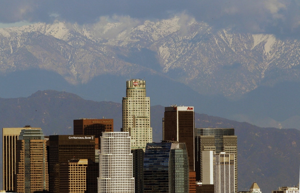 Le centre-ville de Los Angeles avec des montagnes à l'arrière-plan (© AP Images)