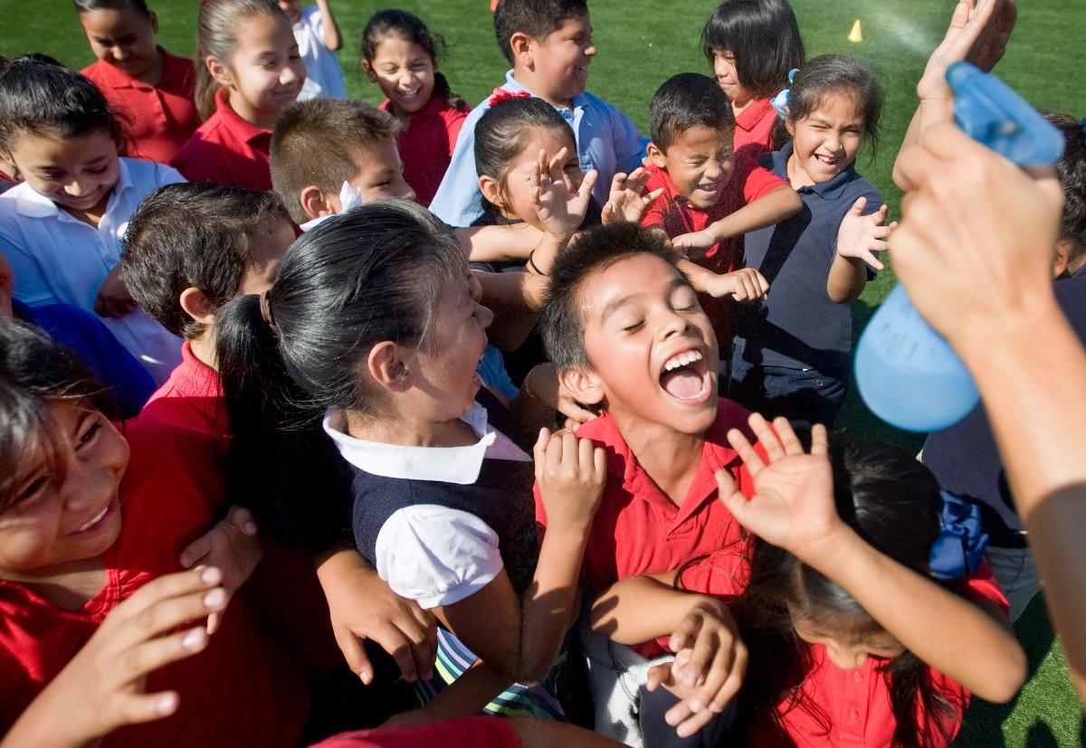 Niños riendo en un parque de California (© AP Images)
