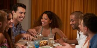 Un groupe d'étudiants à table (Thinkstock)