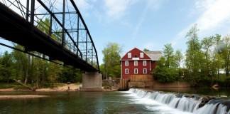 Sungai yang melintas dekat pabrik dan di bawah jembatan (Arkansas.com)
