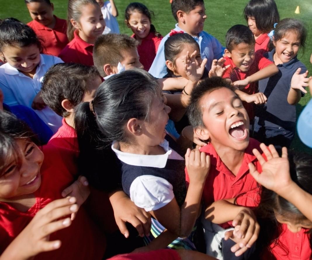 Des enfants en train de rire sur une aire de jeux en Californie (© AP Images)