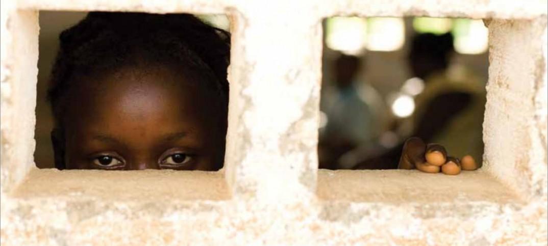 Une jeune fille regardant par une fenêtre (© UNICEF/NYHQ2010-0670/Olivier Asselin)
