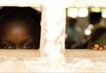 دختری که از پنجره به بیرون نگاه می کند (©UNICEF/NYHQ2010-0670/Olivier Asselin)