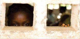 一名女孩向窗外看 (© UNICEF/NYHQ2010-0670/Olivier Asselin)
