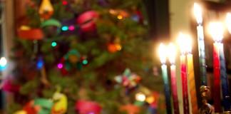 Una menora encendida y un árbol de Navidad (Flickr Creative Commons/Matt DeTurck)