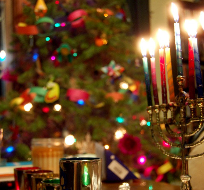 Une menorah et un sapin de Noël illuminés (Flickr Creative Commons/Matt DeTurck)