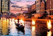 "Menaiki gondola air sambil menikmati pertunjukan air ""bertemu"" api WaterFire di Providence. (visitri.com)"
