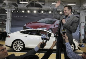 Илон Маск и журналисты перед автомобилем (© AP Images)