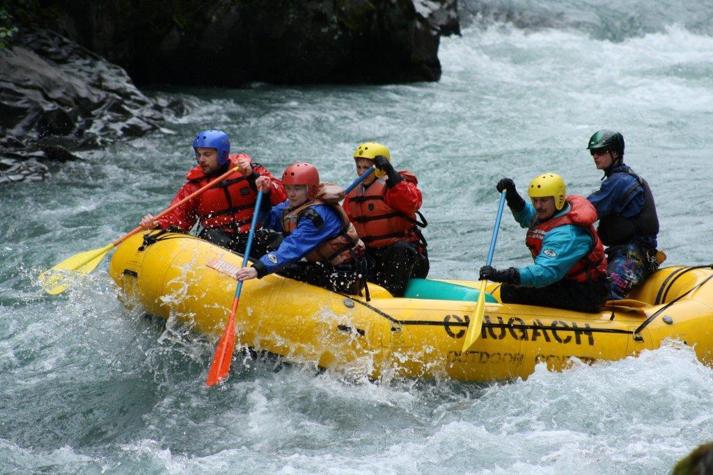 Des personnes à bord d'un radeau pneumatique naviguent sur des eaux vives (Keith Parker/Creative Commons)