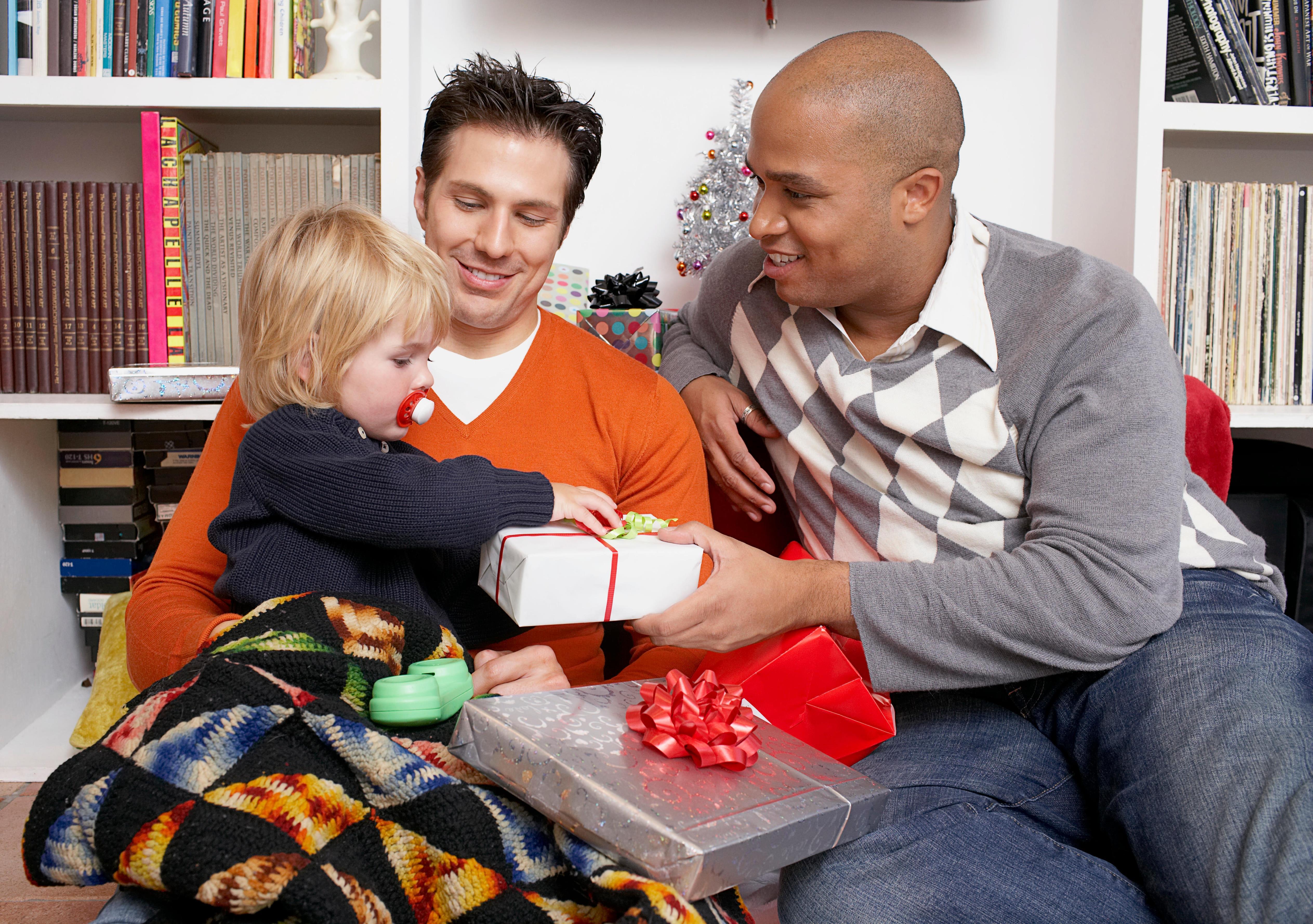 Dois homens e sua filha com presentes de Natal (© Dash/Alamy Stock Photo)