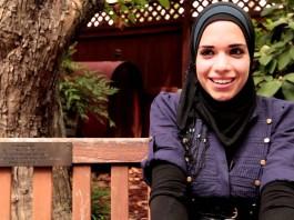 Israa Al-Sayyed, assise sur un banc (Département d'État)