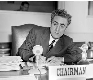 Charles Malik assis à un bureau (ONU)