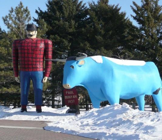 مجسمه ای از یک مرد بلند قامت و یک تبر آبی رنگ (Jonathunder/Creative Commons)
