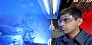 رجل يضع نظارات واقية ويرتدي قفازات أمام مساحة مغطاة ومعه معدات (Oak Ridge National Lab/Flickr)