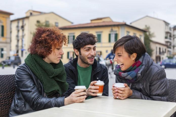 Tres personas sentadas a una mesa conversando (ThinkstockPhotos)