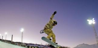 مردی در یک نیم لوله برف سواری می کند (www.colorado.com)