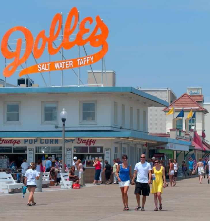 Des gens passent devant la confiserie Dolle, installée sur la promenade aménagée le long d'une plage du Delaware. (www.visitdelaware.com)