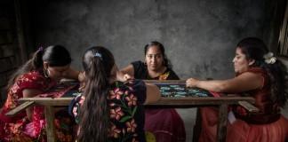 Cuatro mujeres tejiendo sentadas (© Eric Mindling)
