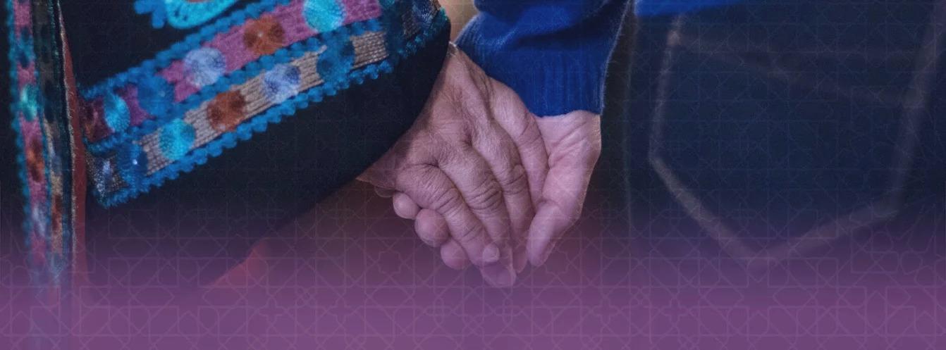 يدا امرأتين متشابكتان (Yitz Woolf)