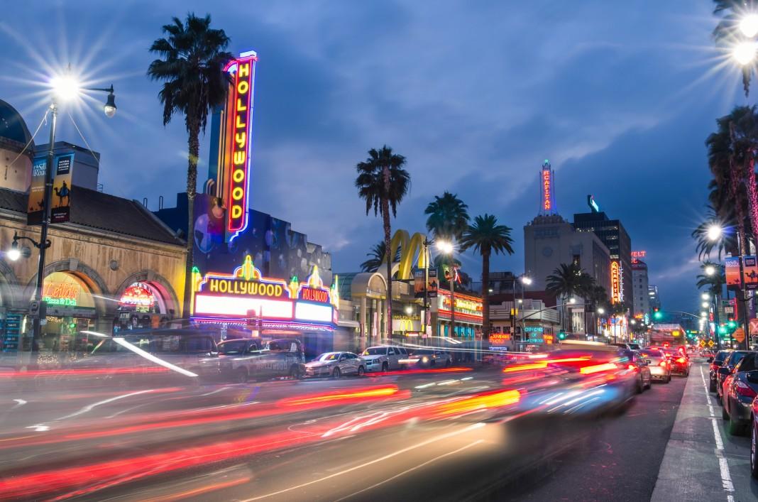 Letreros iluminando un bullicioso bulevar en Hollywood (Shutterstock)