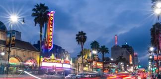 تابلوهایی که یکی از بلوارهای شلوغ هالیوود را روشن کرده اند. (Shutterstock)