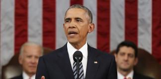 El presidente Obama ante un atril, detrás el vicepresidente Biden y Paul Ryan (© AP Images)