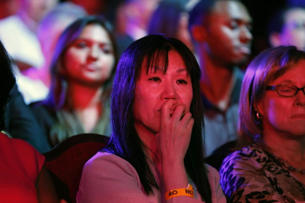 Membres d'un public en train de regarder avec attention (© AP Images)