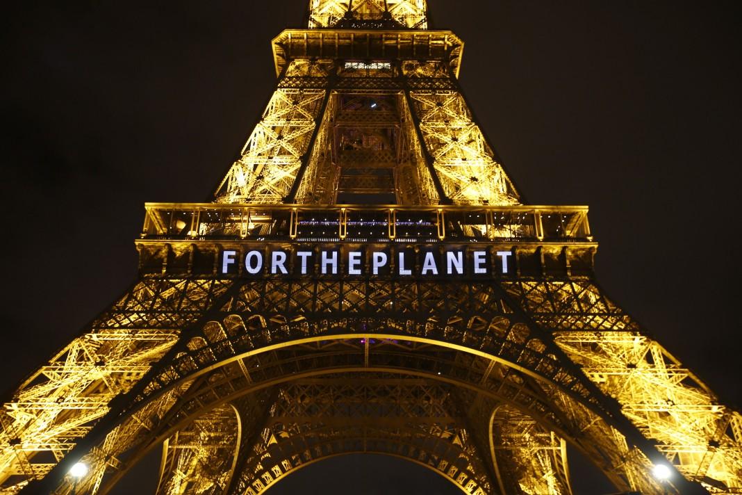 La torre Eiffel iluminada y con un cartel que dice «For the Planet» (Por el planeta) (© AP Images)