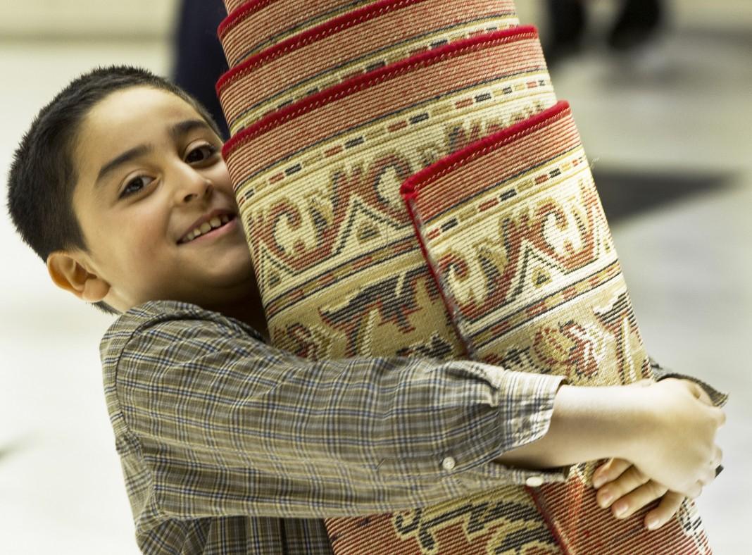 Joven cargando alfombra de oración. (© Getty Images)