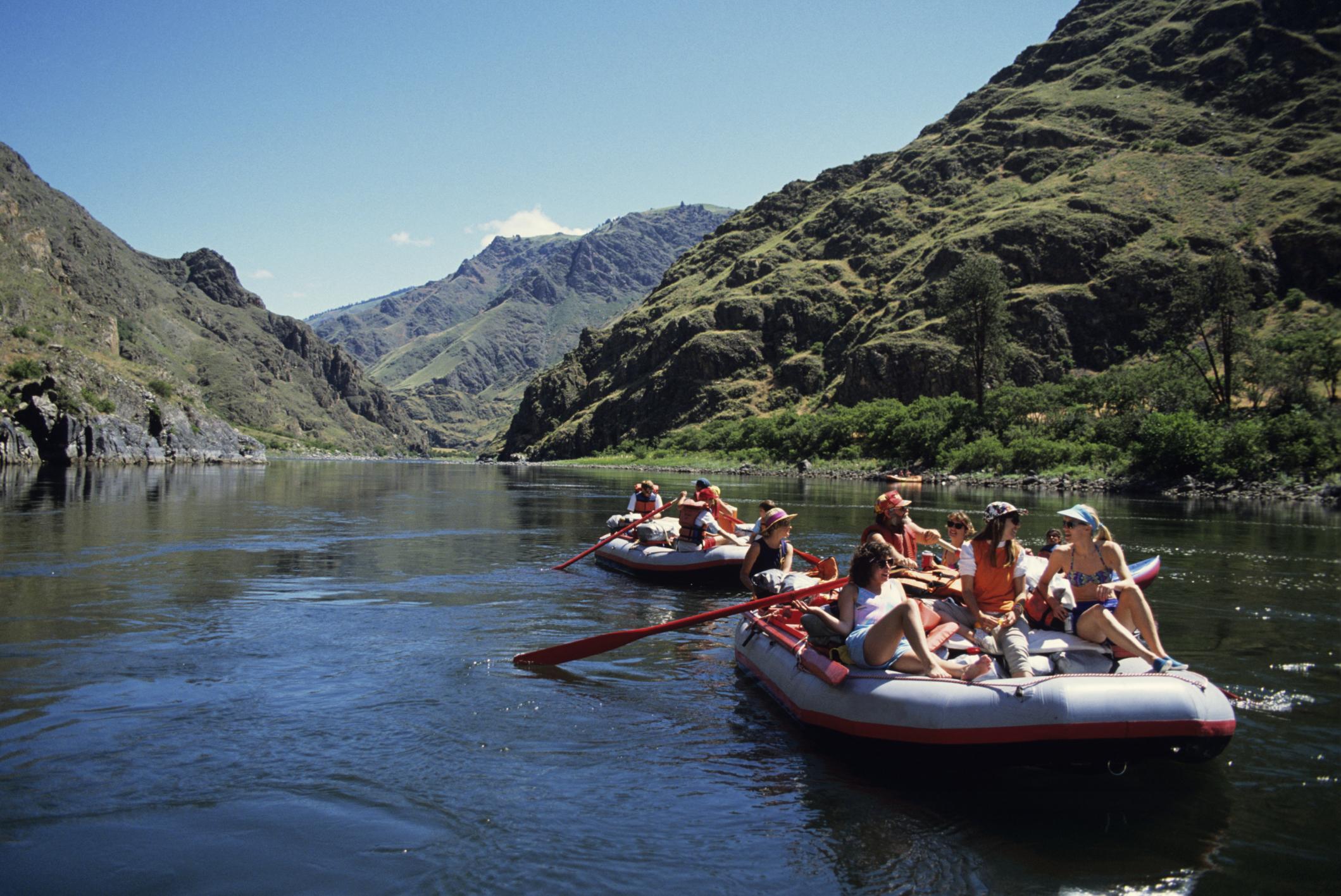 Deux groupes de personnes à bord de bateaux pneumatiques (Thinkstock)