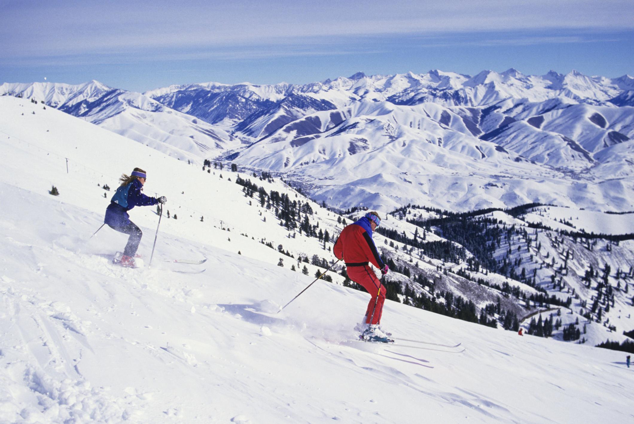 Deux personnes faisant du ski (Thinkstock)