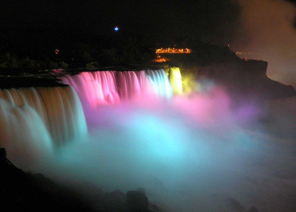 Salto de agua iluminado con luces de colores (Marcin Klapczynski/Creative Commons)