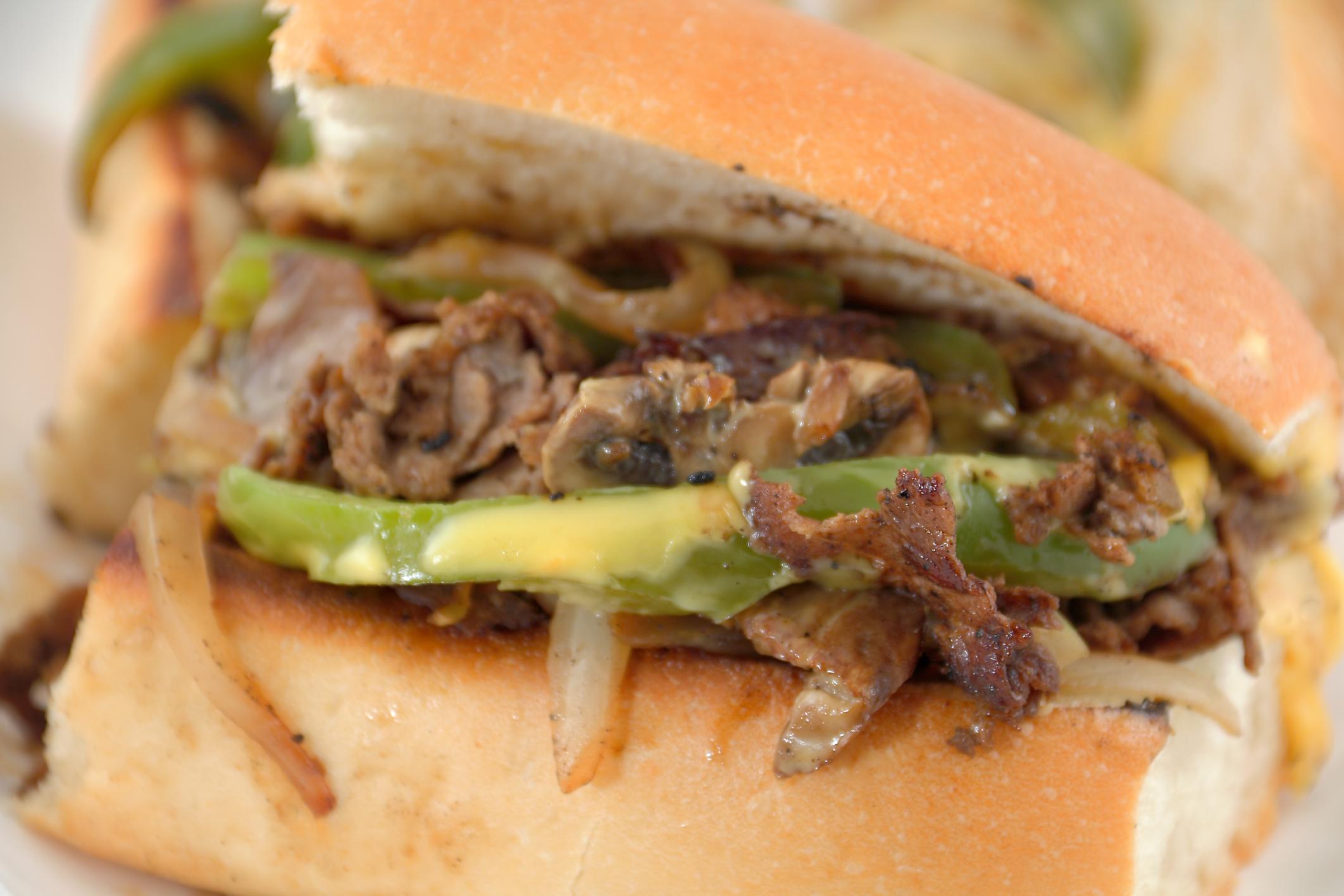 سندويش شرائح اللحم والجبن مع الفلفل والبصل (Thinkstock)