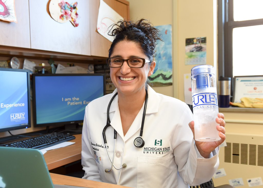 Mona Hanna-Attisha, une bouteille d'eau à la main (Crédit photo : Hurley Medical Center)